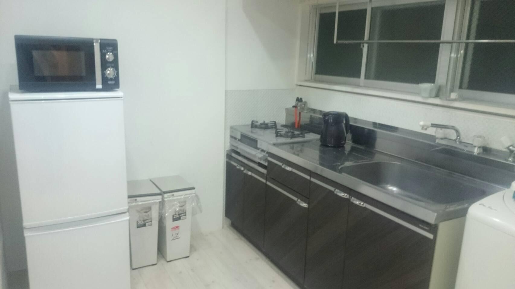 冷蔵庫や電子レンジ、ケトルなど調理器具も充実!
